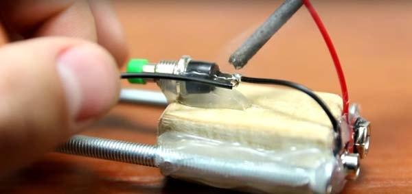 самодельная Зажигалка из батарейки